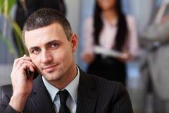 Uomo d'affari esecutivo sul telefono Fotografia Stock Libera da Diritti
