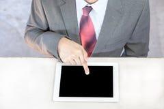 Uomo d'affari esecutivo in vestito che tocca e che swiping in blan nero fotografia stock