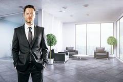 Uomo d'affari europeo in ufficio Immagini Stock