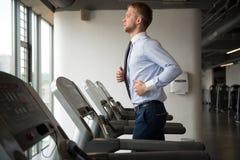 Uomo d'affari Exercising In Gym Immagini Stock