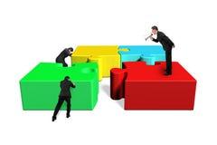 Uomo d'affari facendo uso degli impiegati dominanti del megafono per spingere colorfu Fotografia Stock