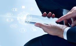 Uomo d'affari facendo uso dei pagamenti mobili, giudicando cerchio connessione di rete dell'icona e globale del cliente immagine stock