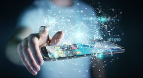 Uomo d'affari facendo uso del codice binario digitale sul renderi del telefono cellulare 3D Immagini Stock