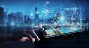 Uomo d'affari facendo uso del codice binario digitale sul renderi del telefono cellulare 3D Fotografia Stock Libera da Diritti