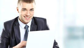 Uomo d'affari facendo uso del computer portatile Immagine Stock