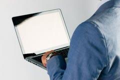 Uomo d'affari facendo uso del computer portatile Fotografie Stock Libere da Diritti