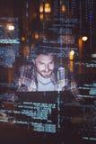 Uomo d'affari facendo uso del computer portatile alla notte fotografie stock libere da diritti