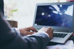 Uomo d'affari facendo uso del computer portatile che lavora al concetto di affari immagine stock libera da diritti