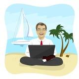 Uomo d'affari facendo uso del computer portatile sulla spiaggia tropicale che si siede nella posa del loto Immagine Stock