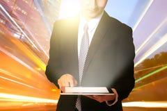 Uomo d'affari facendo uso del cuscinetto di tocco Fotografia Stock