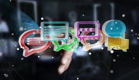 Uomo d'affari facendo uso del ico variopinto digitale di conversazione della rappresentazione 3D Immagini Stock