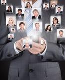 Uomo d'affari facendo uso del telefono cellulare che rappresenta comunicazione globale Fotografia Stock Libera da Diritti