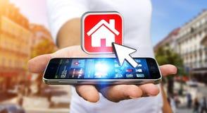 Uomo d'affari facendo uso del telefono cellulare moderno per affittare un piano Immagini Stock Libere da Diritti