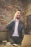 Uomo d'affari facendo uso del telefono nell'ufficio Immagini Stock