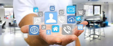 Uomo d'affari facendo uso dell'applicazione digitale moderna dell'icona Fotografia Stock