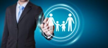 Uomo d'affari facendo uso dell'interfaccia della famiglia con un renderi digitale della penna 3D Immagini Stock