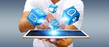 Uomo d'affari facendo uso dell'interfaccia digitale moderna del cubo Immagine Stock