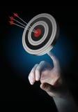 Uomo d'affari facendo uso dell'obiettivo della rappresentazione 3D Immagini Stock Libere da Diritti