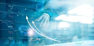 Uomo d'affari facendo uso della compressa che analizza le vendite dati ed il grafico del grafico dello sviluppo economico Strateg illustrazione di stock