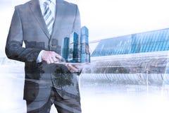 Uomo d'affari facendo uso della compressa con il modello della città 3d Fotografia Stock Libera da Diritti