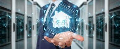 Uomo d'affari facendo uso della rappresentazione di applicazione 3D di assicurazione di cura della famiglia Fotografia Stock Libera da Diritti