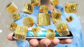 Uomo d'affari facendo uso della rappresentazione di cryptocurrency 3D dei bitcoins Fotografie Stock Libere da Diritti