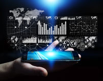 Uomo d'affari facendo uso della rappresentazione digitale dell'interfaccia 3D del grafico Immagini Stock