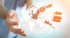 Uomo d'affari facendo uso della rappresentazione digitale dell'interfaccia 3D della mappa di mondo Fotografia Stock