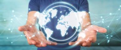 Uomo d'affari facendo uso della rappresentazione digitale dell'interfaccia 3D della mappa di mondo Immagine Stock Libera da Diritti