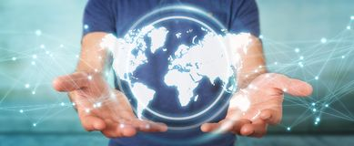 Uomo d'affari facendo uso della rappresentazione digitale dell'interfaccia 3D della mappa di mondo Immagini Stock