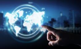 Uomo d'affari facendo uso della rappresentazione digitale dell'interfaccia 3D della mappa di mondo Immagine Stock