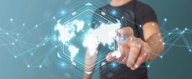 Uomo d'affari facendo uso della rappresentazione digitale dell'interfaccia 3D della mappa di mondo Immagini Stock Libere da Diritti