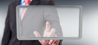 Uomo d'affari facendo uso della rappresentazione digitale della compressa 3D degli schermi Immagine Stock