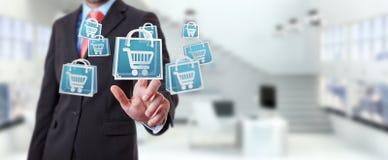 Uomo d'affari facendo uso della rappresentazione digitale delle icone 3D di acquisto Immagine Stock
