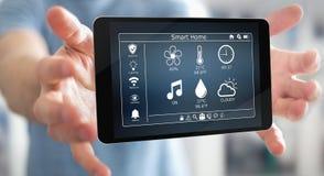 Uomo d'affari facendo uso della rappresentazione domestica astuta del dispositivo a distanza 3D Immagini Stock