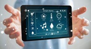 Uomo d'affari facendo uso della rappresentazione domestica astuta del dispositivo a distanza 3D Fotografia Stock
