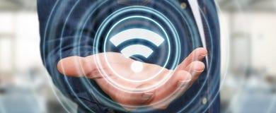Uomo d'affari facendo uso della rappresentazione libera dell'interfaccia 3D di punto caldo di wifi Fotografie Stock