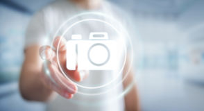 Uomo d'affari facendo uso della rappresentazione moderna di applicazione 3D della macchina fotografica Fotografia Stock Libera da Diritti
