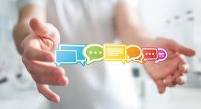 Uomo d'affari facendo uso della rappresentazione piana variopinta delle icone 3D di conversazione Fotografie Stock