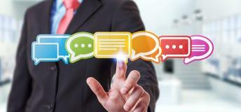 Uomo d'affari facendo uso della rappresentazione piana variopinta delle icone 3D di conversazione Fotografia Stock