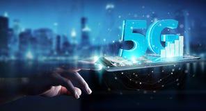 Uomo d'affari facendo uso della rete 5G con la rappresentazione del telefono cellulare 3D illustrazione vettoriale
