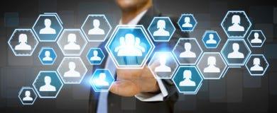 Uomo d'affari facendo uso della rete sociale Immagine Stock