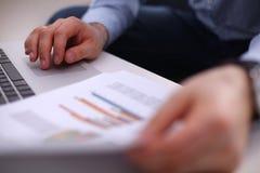 Uomo d'affari facendo uso della sua carta di credito per un online Immagini Stock Libere da Diritti