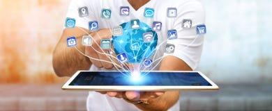 Uomo d'affari facendo uso delle applicazioni digitali moderne della compressa Immagini Stock Libere da Diritti