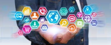 Uomo d'affari facendo uso dello schermo tattile digitale delle icone Immagini Stock Libere da Diritti