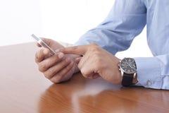 Uomo d'affari facendo uso dello Smart Phone Fotografie Stock
