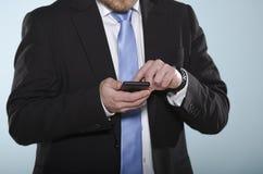 Uomo d'affari facendo uso dello smartphone. Fotografia Stock Libera da Diritti