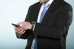 Uomo d'affari facendo uso dello smartphone. Fotografie Stock Libere da Diritti