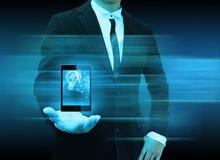 Uomo d'affari facendo uso dello smartphone che sceglie la persona giusta Immagini Stock