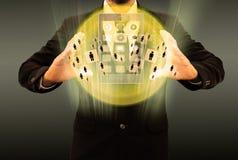 Uomo d'affari facendo uso dello smartphone che sceglie la persona giusta Immagine Stock